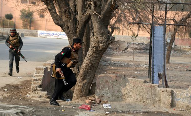 Afganistanin turvallisuusjoukot piirittivät rakennusta keskiviikkona.