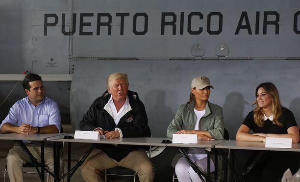 Donald ja Melania Trump vierailivat Puerto Ricossa tiistaina.