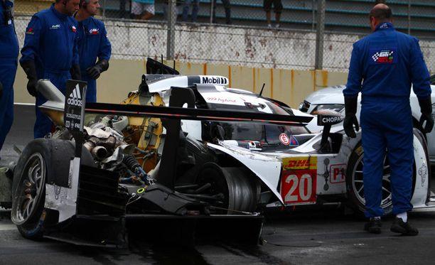 Mark Webber menestyi oikeastaan paremmin F1-luokassa kuin urheiluautojen MM-sarjassa. Miehen Porsche tuhoutui täysin Interlagosin ulosajossa.