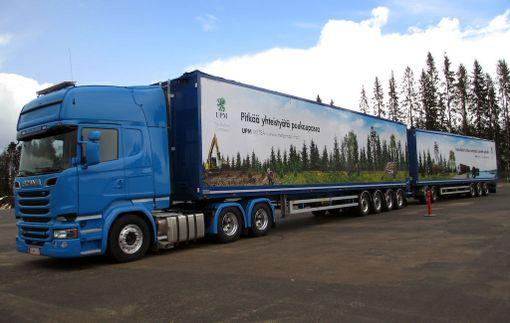 Järeä Scania vetää isoa kuormaa kevyesti.