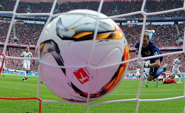 Karmean komea kuva: Bayernin Franck Ribéryn saksipotku on yllättänyt Lukas Hradeckyn.