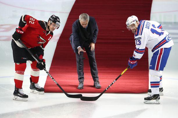 Jose Mourinho pudotti seremoniallisen avauskiekon Omsk-kapteeni Jevgeni Medvedeville ja SKA-kippari Pavel Datsjukille.