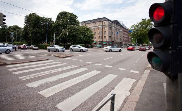Onnettomuus tapahtui risteyksessä suojatiellä. Jalankulkijalle paloi vihreä valo. Kuvituskuva.