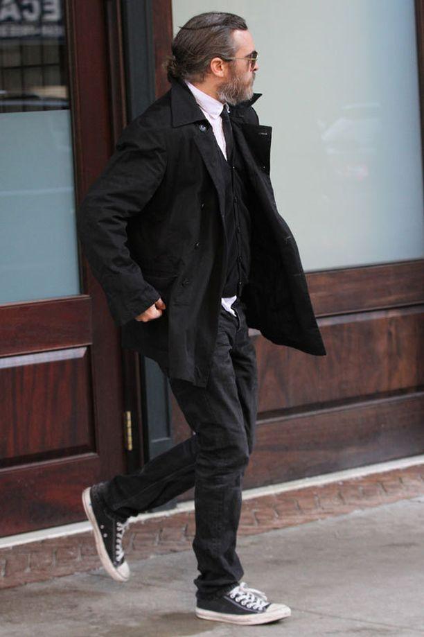 Joaquin Phoenix luottaa huolettoman rentoon äijätyyliin.