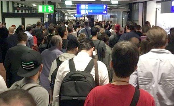 Frankfurtin lentokentän ykkösterminaalin lähtöhalli evakuoitiin pommihälytyksen vuoksi.
