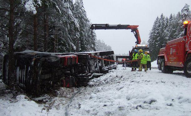 Raskas kuljetusajoneuvo tömähti kyljelleen Raaseporissa.