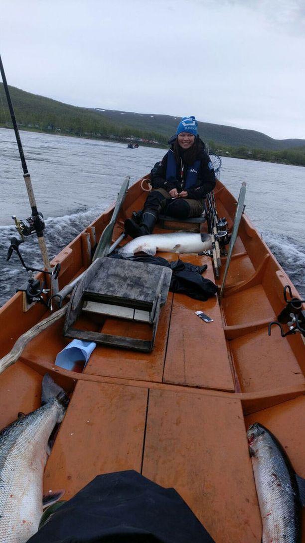 Eeva Nuorgam ja Juuso Lukkari saivat 22,3 kiloa painavan naaraslohen kesytettyä 25. päivä kesäkuuta.