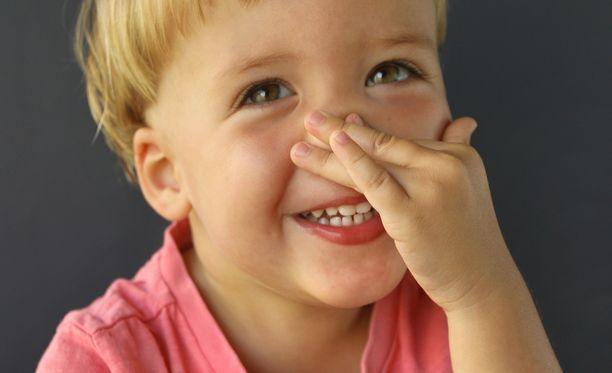 Viisivuotias Jori kertoi lastenhoitajalle sen, mikä parhaiten jäi edellispäivästä mieleen. Kuvituskuva.