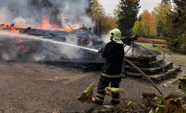 Palokunta sammutti Kiihtelysvaaran puukirkon jäänteitä syyskuun 23. päivänä.