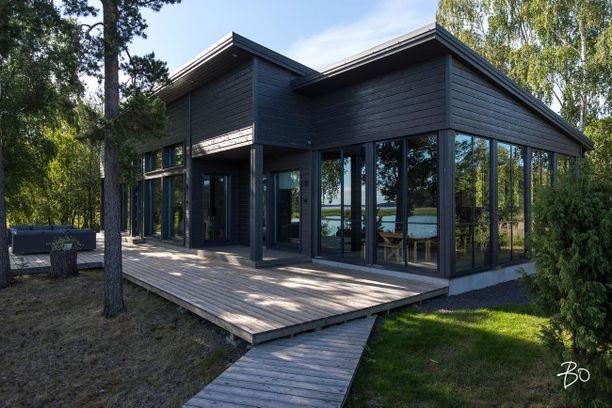 Kodissa on kolme makuuhuonetta, joista kahdesta aukeaa merinäköala. Tontti on hieman yli 16 000 neliötä.