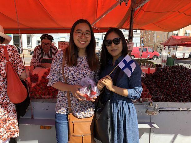 Korealaiset Yerim ja Mijeong kehuvat suomalaisen mansikan makua.