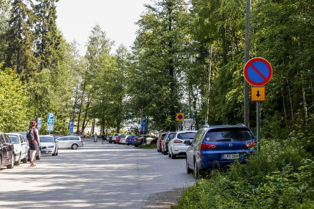 Osaisitko pysäköidä oikein kuvan liikennemerkin kohdalla Tampereen Rauhaniemessä?
