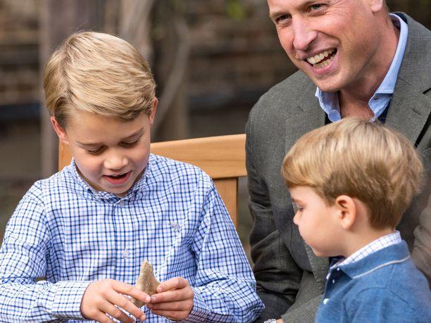 Prinssi Louiskin ihmetteli veljensä prinssi Georgen saamaa lahjaa.
