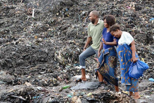 Maputolaiset itkivät turmapaikalla kaatopaikkavuoren romahduksen jälkeen.
