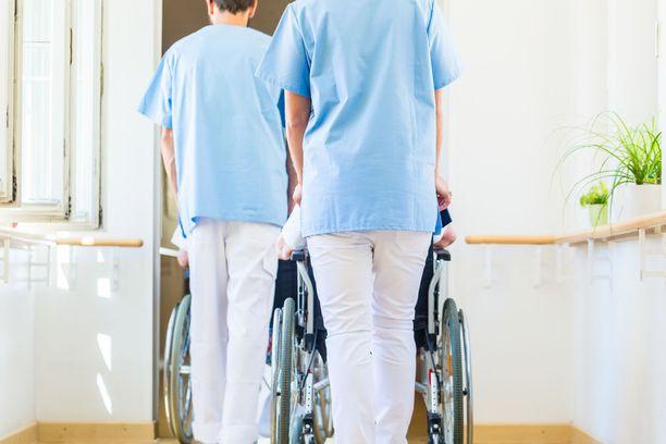 Moni hoitaja kertoi väkivallasta esimerkiksi vanhustyössä.