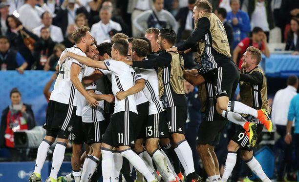 Jalkapalloa pelataan 90 minuuttia (ja pilkut) ja lopulta Saksa voittaa. Tosin eilinen oli maan arvokisahistorian ensimmäinen Italia-voitto.