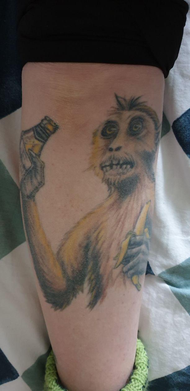 Iiriksen mielestä tatuoinneissa saa olla huumoria mukana. Apinaa hän vitsailee omakuvakseen.