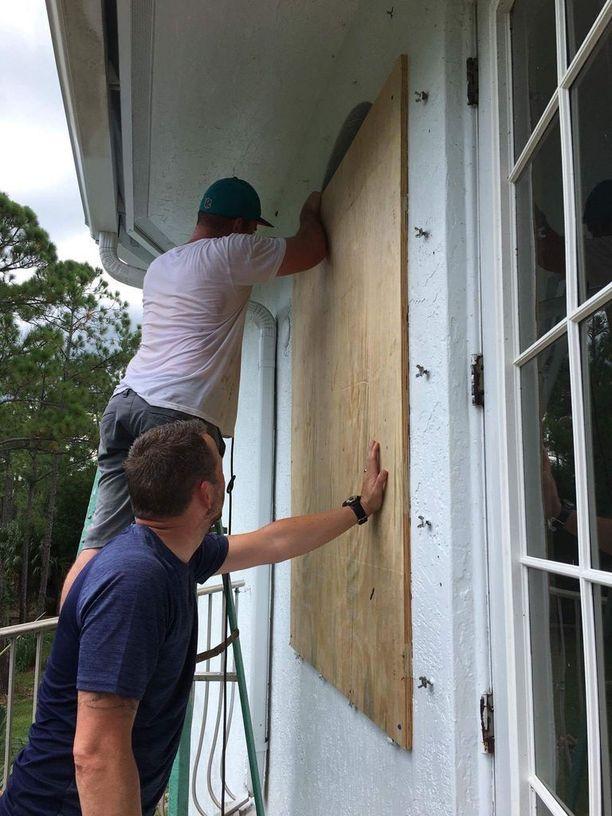 Perhe varautui hurrikaaniin muun muassa peittämällä ikkunoita.