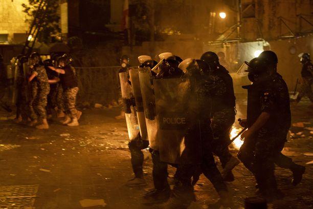Mellakkapoliisit ottivat yhteen mielenosoittajien kanssa Beirutissa torstaina illalla lähellä parlamenttirakennusta.