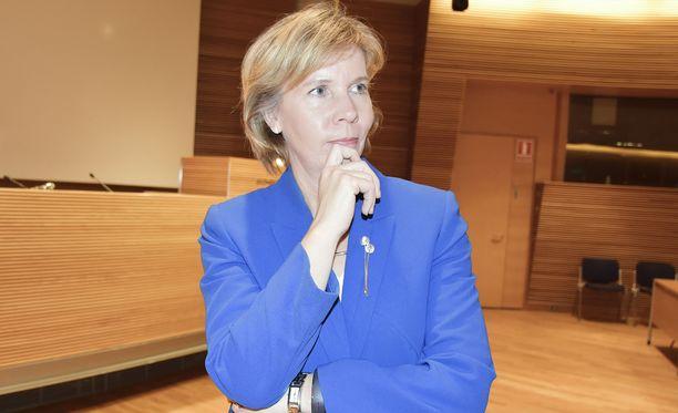 Anna-Maja Henriksson ihmettelee hallituksen toimintatapaa.