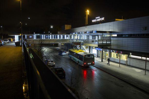 Viranomaiset ovat viikonloppuna Turun lentoasemalla vastassa Skopjesta ja Gdanskista saapuvia matkustajia. Arkistokuva.