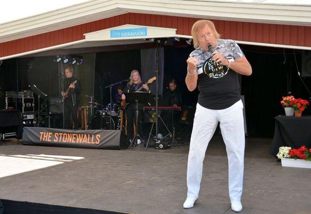 Danny teki sunnuntaina historiaa noustessaan ensimmäisen kerran urallaan kesäteatterin lavalle Sieravuoren Hitti soikoon -musiikkirevyyssä. Kaikkiaan hän on mukana viidessä esityksessä.