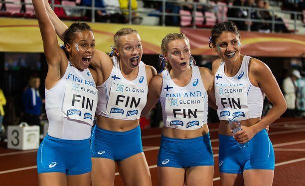 Yleisurheilumaajoukkueen keltanokat saavat perusteellisen kasteen. Kuvassa Sara Francis (vas.), Aino Pulkkinen, Anniina Kortetmaa ja Nooralotta Neziri.