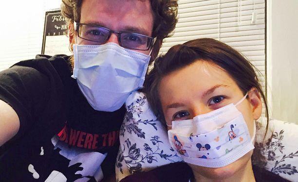 Tämän kuvan ottamisen aikoihin Johanna ei ollut vielä täysin allerginen miehelleen. Nykyisin hän saa miehensä hajusta hengenvaarallisen allergisen kohtauksen.
