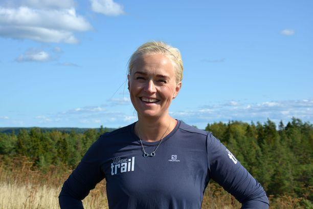 Michaela Lindströmistä tuli ultrajuoksija puolivahingossa. Kaikki alkoi, kun hän halusi näyttää epäileväiselle miehelleen pystyvänsä juoksemaan kokonaisen maratonin puolikkaan sijaan. Nälkä kasvoi syödessä.