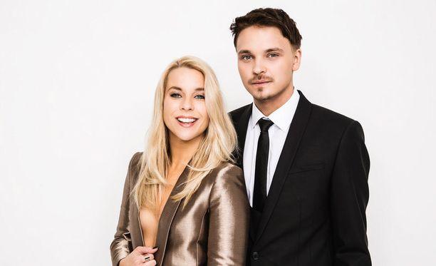 Finaalilähetyksen juontaa euroviisulavoilta tuttu Krista Siegfrids yhdessä Roope Salmisen kanssa.