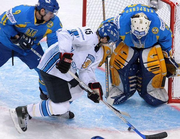 Tuomo Ruutu hätistelemässä Ukrainan maalivahti Igor Karpenkoa.
