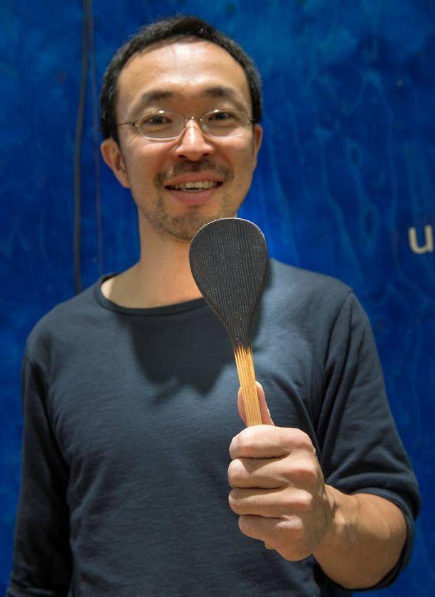 Kotona tehdään ruokaa. Yoshimasa Yamada suunnitteli sitä varten puulastan, jonka toinen pää on jo valmiiksi palanut!