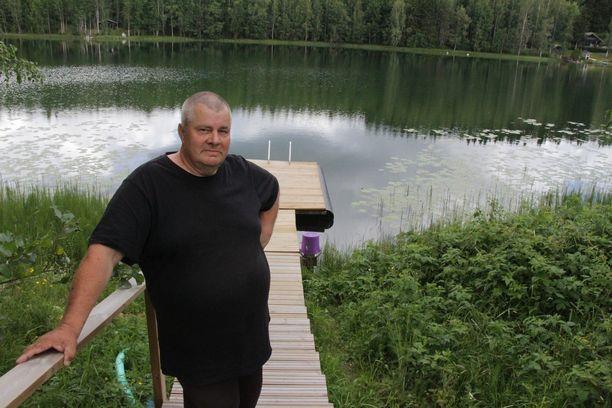Valkijärven rannan vakituinen asukas Timo Rajala kertoo, että elokuussa on edessä kortteiden niitto. Työtä järven kunnossa pitämiseksi on jatkettava vuosia.
