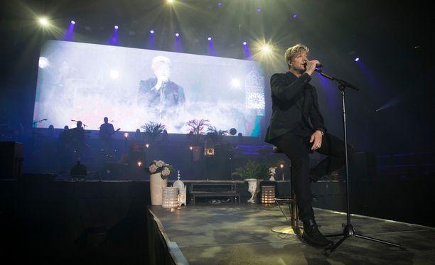 Samu Haber avasi konsertin Joutsenlaululla.