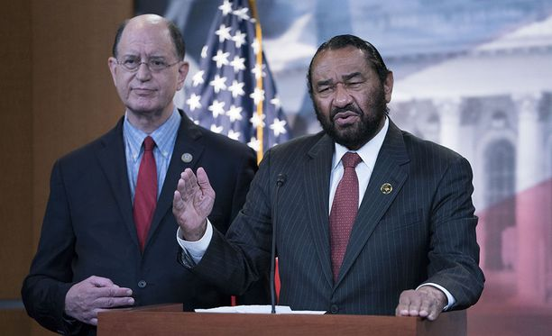Yhdysvaltain edustajainhuoneen demokraattijäsen Brad Sherman (vas.) sai tukea virkasyyteasialle ainoastaan yhdeltä kollegaltaan, demokraatti Al Greeniltä.