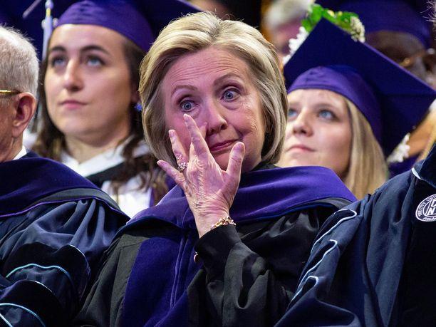 Hillary Clinton liikuttui Hunter Collegen valmistujaisissa toukokuussa.