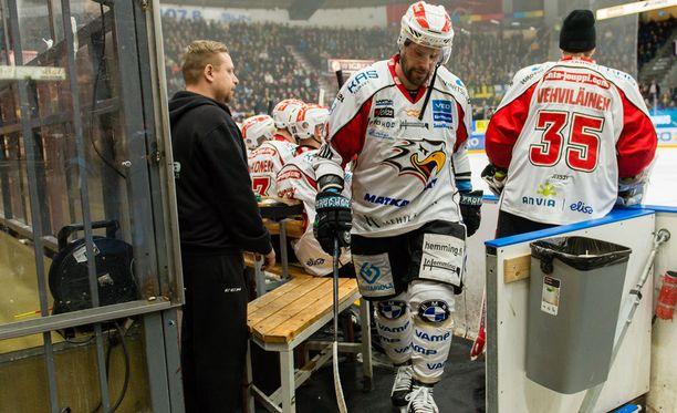 Markus Kankaanperä käveli aikaisessa vaiheessa pukusuojaan Tampereella.