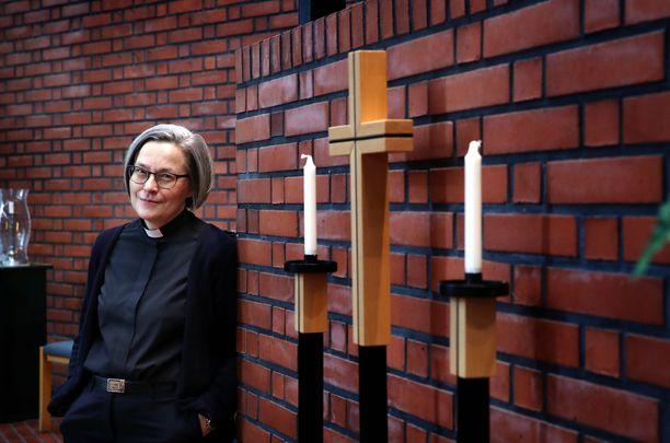 """Porin Teljän seurakunnan kirkkoherra Kaisa Huhtala huomauttaa, että kristinuskoon kääntyminen tarkoittaa usein suvusta luopumista. """"Ei siihen lähdetä löyhin perustein"""", hän katsoo."""