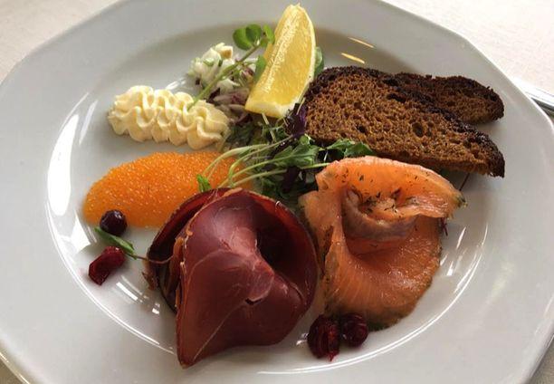 Ranskalaisille vieraille tarjottiin IHA-Linesin m/s Doris II -laivalla à la carte –listan klassinen Finlandia-lautanen, jolla on muiden muassa siianmätiä, kylmäsavuporoa, karpaloita ja graavilohta.