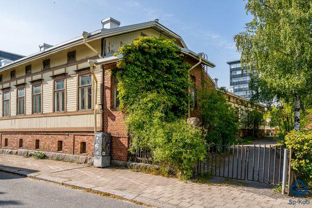 Vanhan puutalon sisältä löytyy idyllinen kolmen kerroksen asunto.