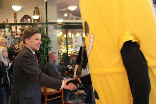 Ydinjätetynnyri onnittelee ministeri Pekkarista hyvin tehdystä työstä ja kansalaisten mielipiteiden ohittamisesta puoluevaltuuskunnan kokouksessa Lappeenrannassa.