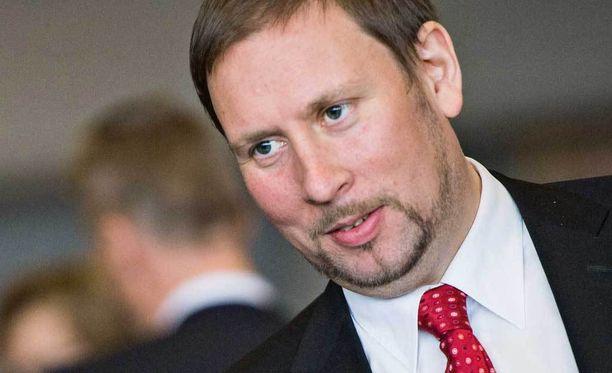 Paavo Arhinmäki siirtyy syrjään puheenjohtajan paikalta.