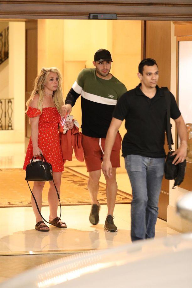 Poikaystävä Sam Asghari (lippis päässä) vietti pääsiäistä Britney Spearsin kanssa.