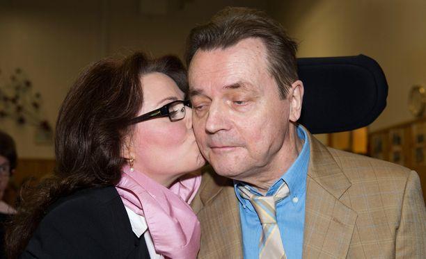 Nina Mikkonen valvoo Timo T.A. Mikkosen vierellä saattohoidossa. Yhteinen aika on käymässä vähiin.
