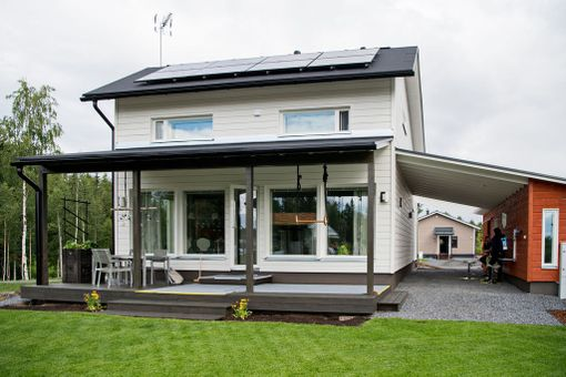Talon katolla on aurinkopaneelit.