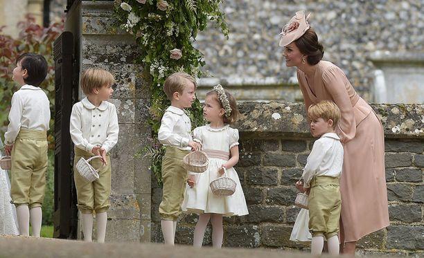 Herttuatar Catherinen siskon mennessä naimisiin prinssi George nähtiin sulhaspoikana ja prinsessa Charlotte kukkaistyttönä. Charlottesta ei valitettavasti tässä kuvassa näy kuin helma. George äitinsä edessä oikeassa reunassa.