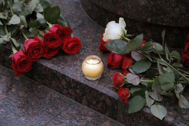 Moskovassa Puna-armeijan kuoron jäsenen ovelle oli viety sunnuntaina kukkia.