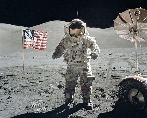 Astronautti Gene Cernan kuun pinnalla 1972. Cernan oli viimeisen Apollo-lennon numeroltaan 17 komentaja. Cernan oli 11. ihminen Kuun pinnalla.