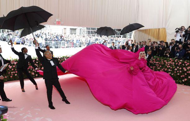Lady Gagan esitys gaalan sisääntulossa.
