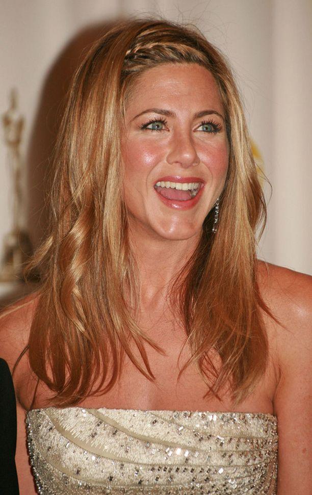 Jennifer Aniston letitti etuhiuksensa.